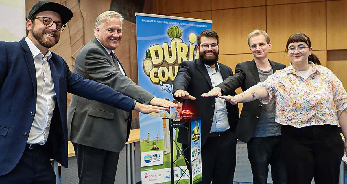 Die Spieleentwickler Hacky Hackhausen, Wolfgang Spelthahn, Roberto Blume, Tom Besselmann und Illustratorin Sophie Dohmen drücken den Release-Button
